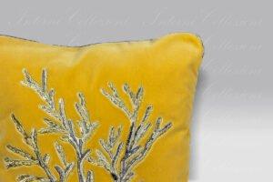Cuscino Velluto Corallo giallo ricamo metallico Mastro Raphael